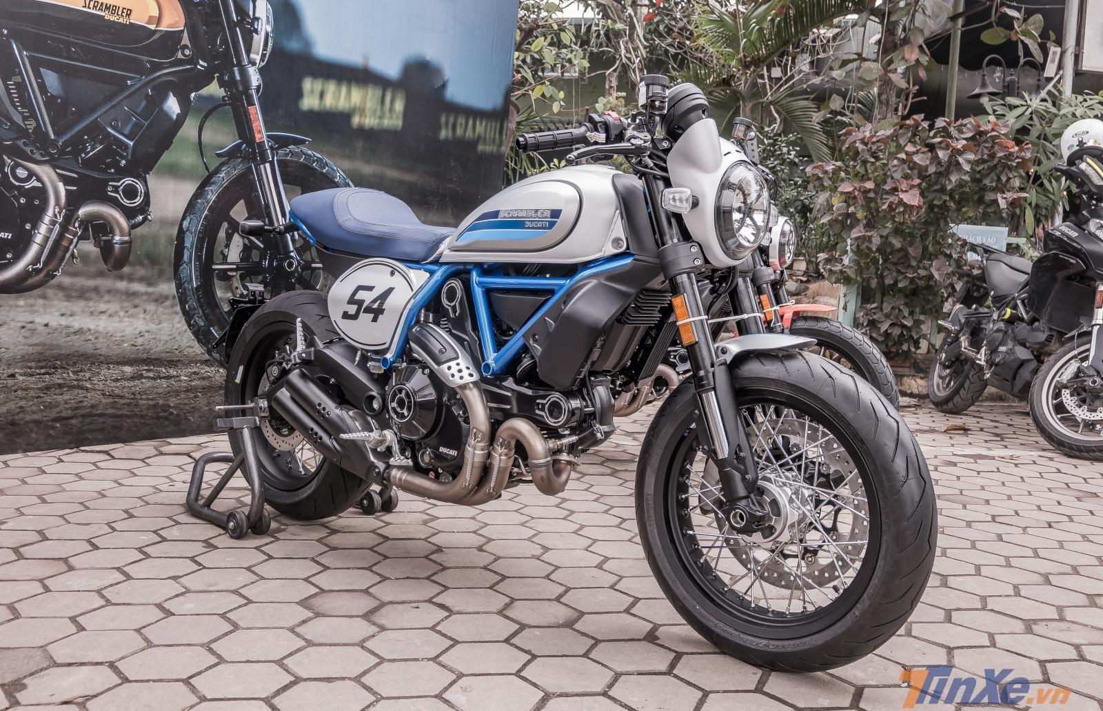 Với màu xanh xám đặc trưng, Ducati Scrambler nổi bật tại sự kiện