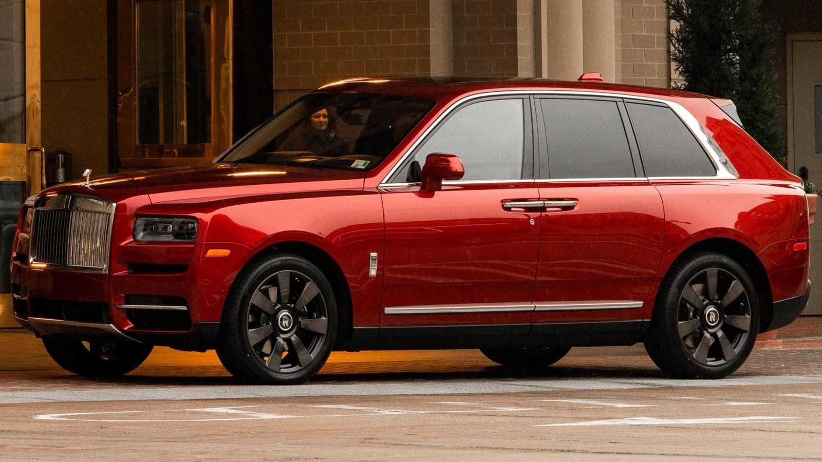 Chiếc Rolls-Royce Cullinan đặc biệt được sơn màu đỏ rực rỡ