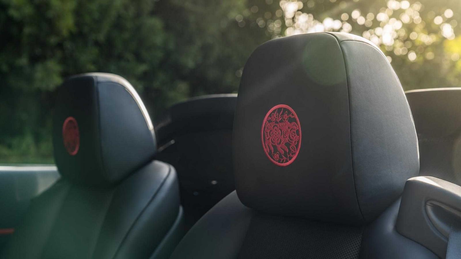 Họa tiết này còn được thêu trên tựa đầu ghế trong xe