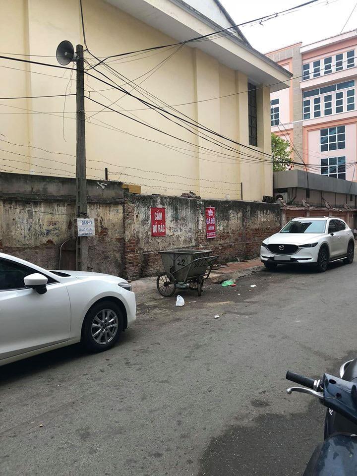 Chiếc Mazda3 đỗ gần chiếc Mazda CX-5 lại may mắn không bị vặt gương
