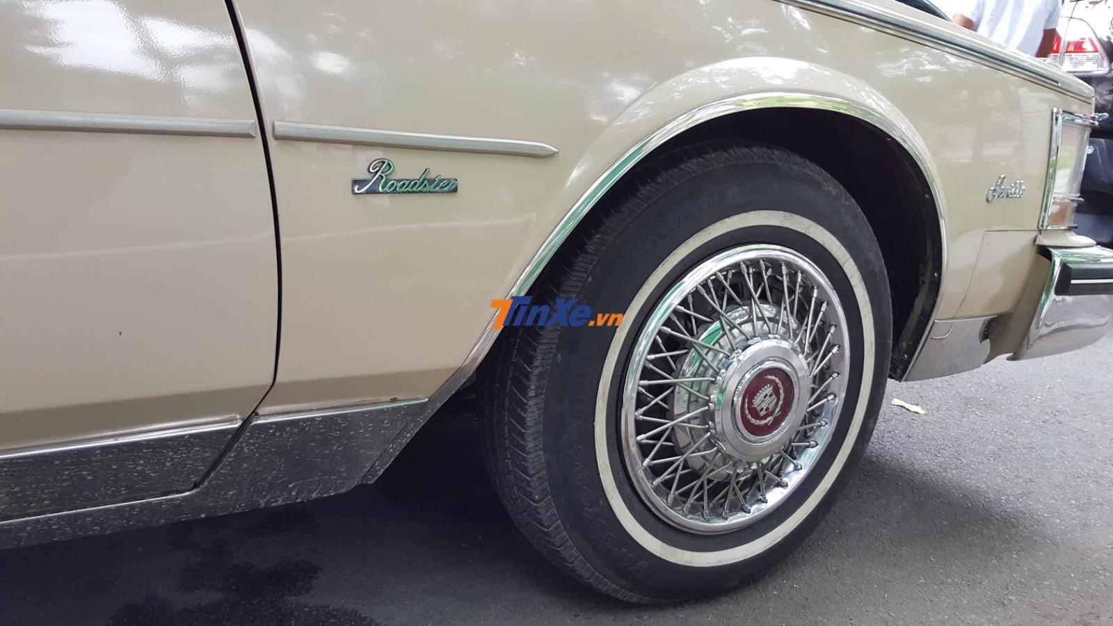Dòng chữ Roadster ám chỉ đây là 1 chiếc Cadillac Seville thuộc phiên bản mui trần