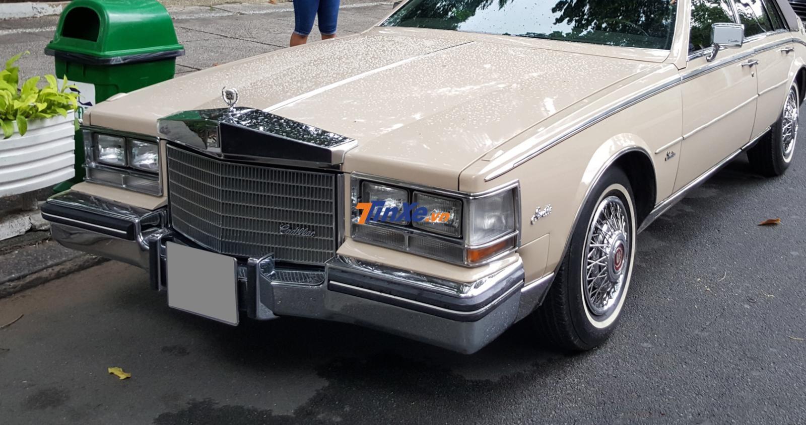 Phía trên nắp capô là một tấm ốp inox bao gồm tên xe và logo quen thuộc của Cadillac