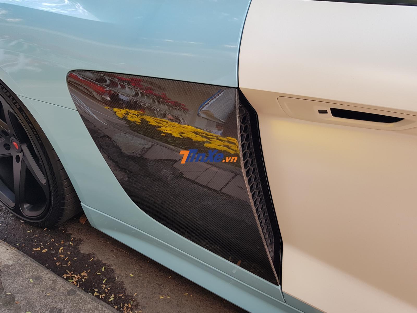 Ngoài ra ngoại thất chiếc siêu xe Audi R8 V10 Plus này còn có nhiều chi tiết bằng sợi carbon bóng bao gồm ốp hốc gió bên hông