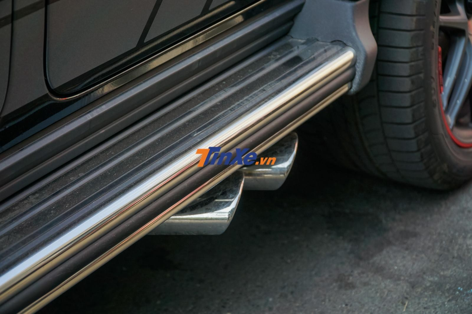 Hay cặp ống xả kép dạng tròn đặt bên hông xe không có gì thay đổi so với bản cũ