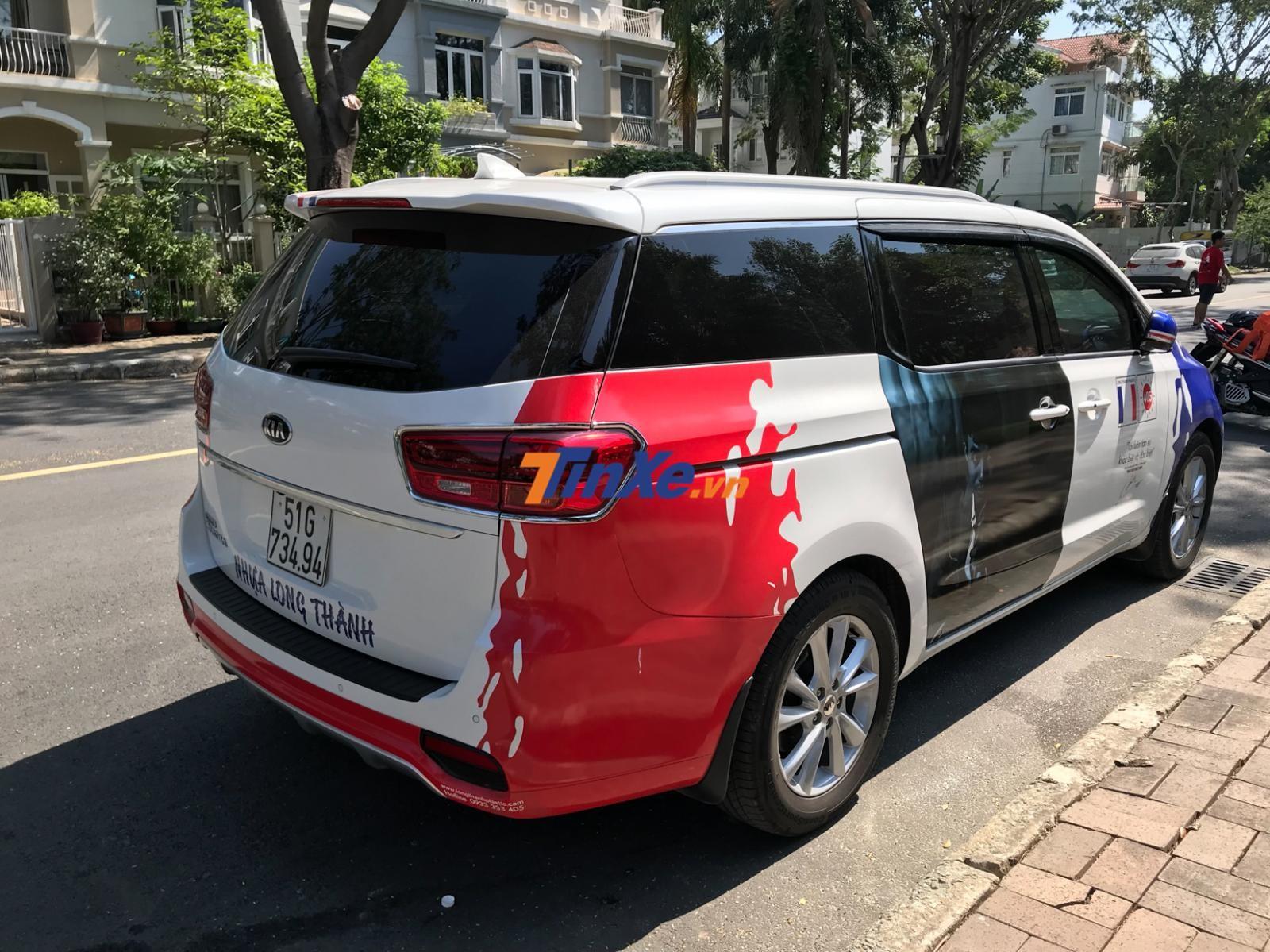 2 bên hông phía sau xe có thêm đề-can màu đỏ để tạo thành bộ áo 3 tông màu xanh dương, trắng và đỏ