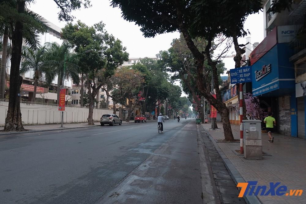 Các tuyến phố chính của Hà Nội trở nên vắng bóng người qua lại trong buổi sáng ngày mùng 1 Tết Kỷ Hơi.