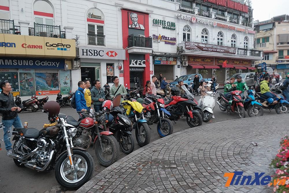 Trong buổi sáng mùng 1 Tết Kỷ Hợi, cả trăm mẫu xe thuộc nhiều loại khác nhau đã cùng nhau tụ tập tại khu vực quảng trường Đông Kinh Nghĩa Thục.