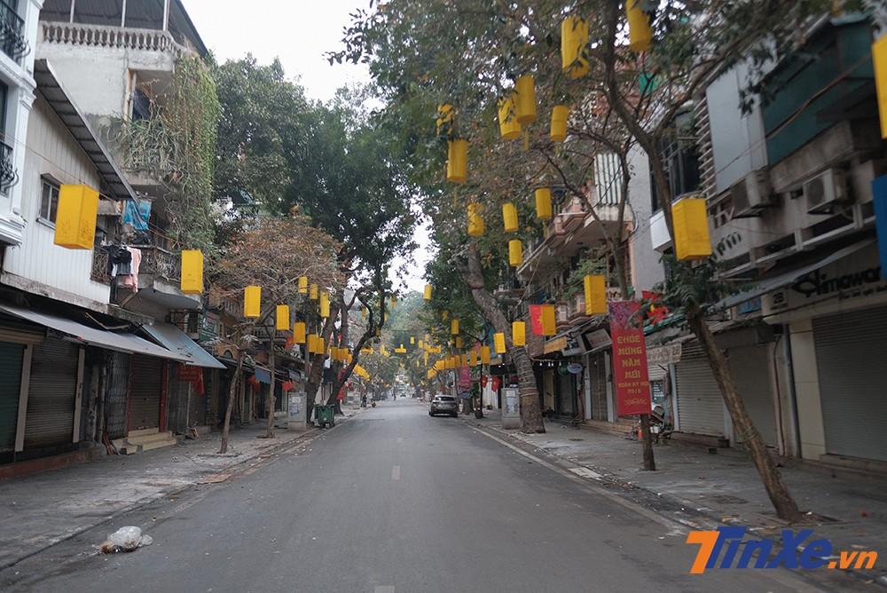 Tuyến phố Hàng Lược mới 30 Tết còn đông đúc người buôn bán thì nay đã vắng vẻ và bình yên.