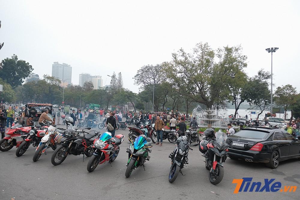 Quảng trường Đông Kinh Nghĩa Thục vẫn là điểm hẹn quen thuộc của các biker Hà Thành mỗi dịp đầu năm mới.