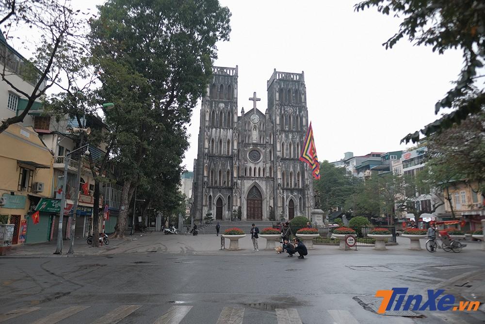 Khu vực nhà thờ lớn cũng chỉ có bóng dáng những người dân đi bộ du xuân.