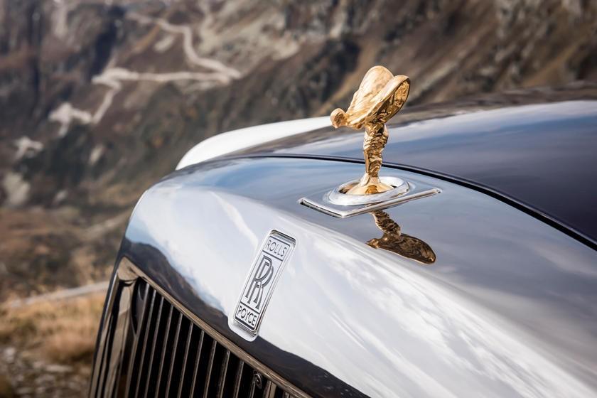 Màu vàng kim loại chói mắt của Spirit of Ecstasy thu hút mọi ánh nhìn của cả người thường lẫn… kẻ trộm tuy nhiên Rolls-Royce cũng phát triển cơ chế chống trộm tuyệt vời bằng cách tụt vào trong mui xe nếu có ai đó tác dụng một lực mạnh vào vật trang trí này