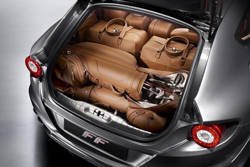 Túi đánh golf của Ferrari có giá hơn 10.000 USD (232 triệu đồng) và túi hành lý có giá hơn 13.000 USD (301,7 triệu đồng)