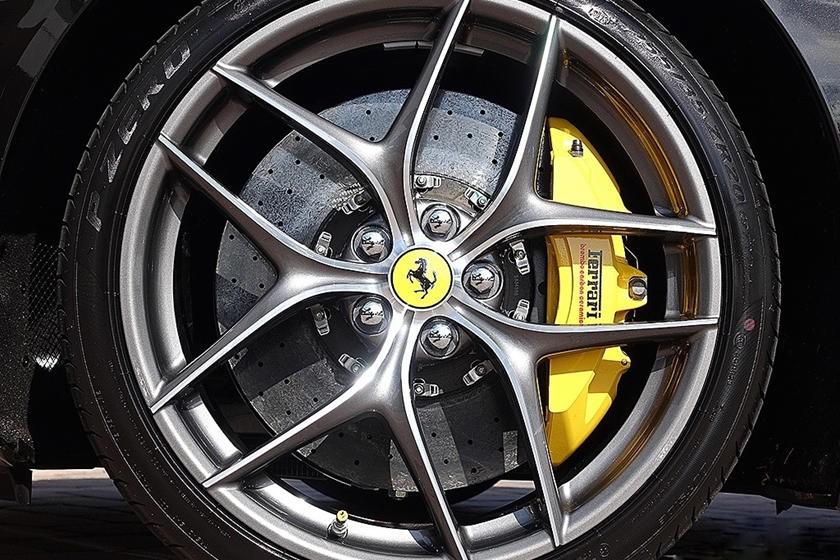 Vành đúc bằng kim cương cắt tỉa cực tỉ mỉ của Ferrari chính là một phụ kiện thể hiện độ chơi của chủ xe