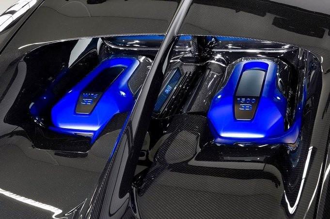 Động cơ của chiếc siêu xe Bugatti Chiron Sport được sơn màu xanh hoàng gia