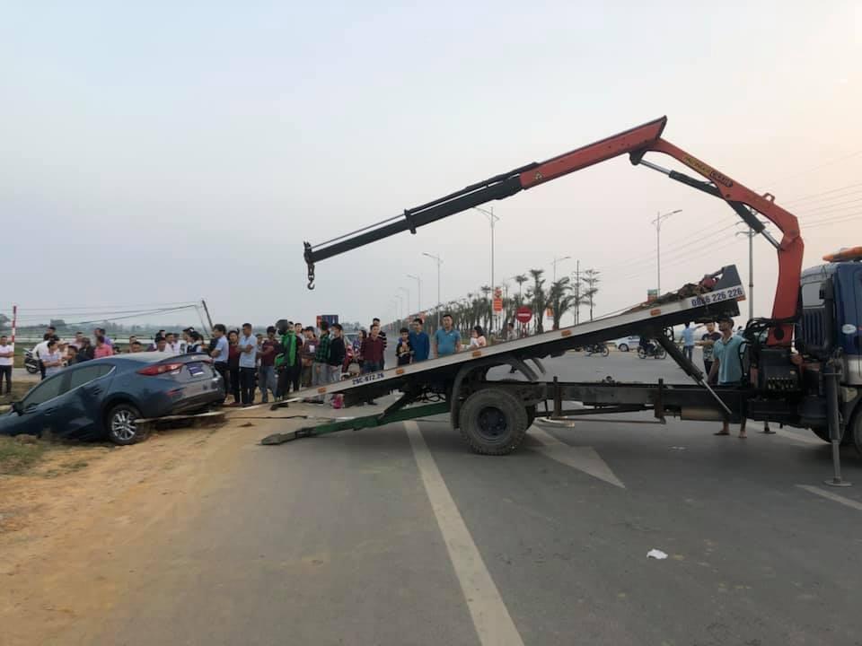 Xe cứu hộ đến để đưa chiếc Mazda3 đi
