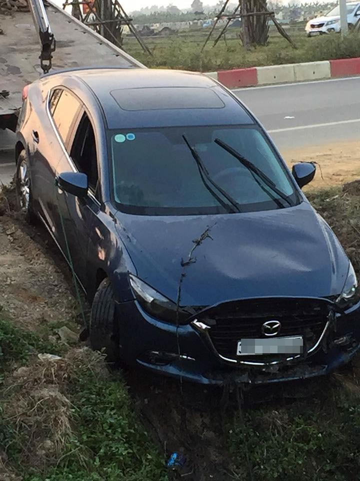 Chiếc Mazda3 bị hư hỏng đáng kể ở phần đầu xe
