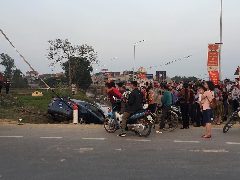 Người dân hiếu kỳ đứng xem tai nạn