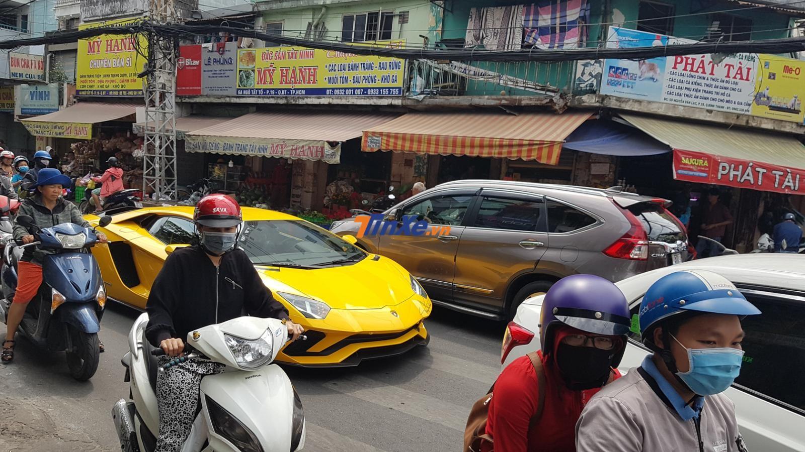 Và chật vật di chuyển cùng các xe máy và ô tô khác tại đường khá hẹp như Ngô Tất Tố, quận Bình Thạnh