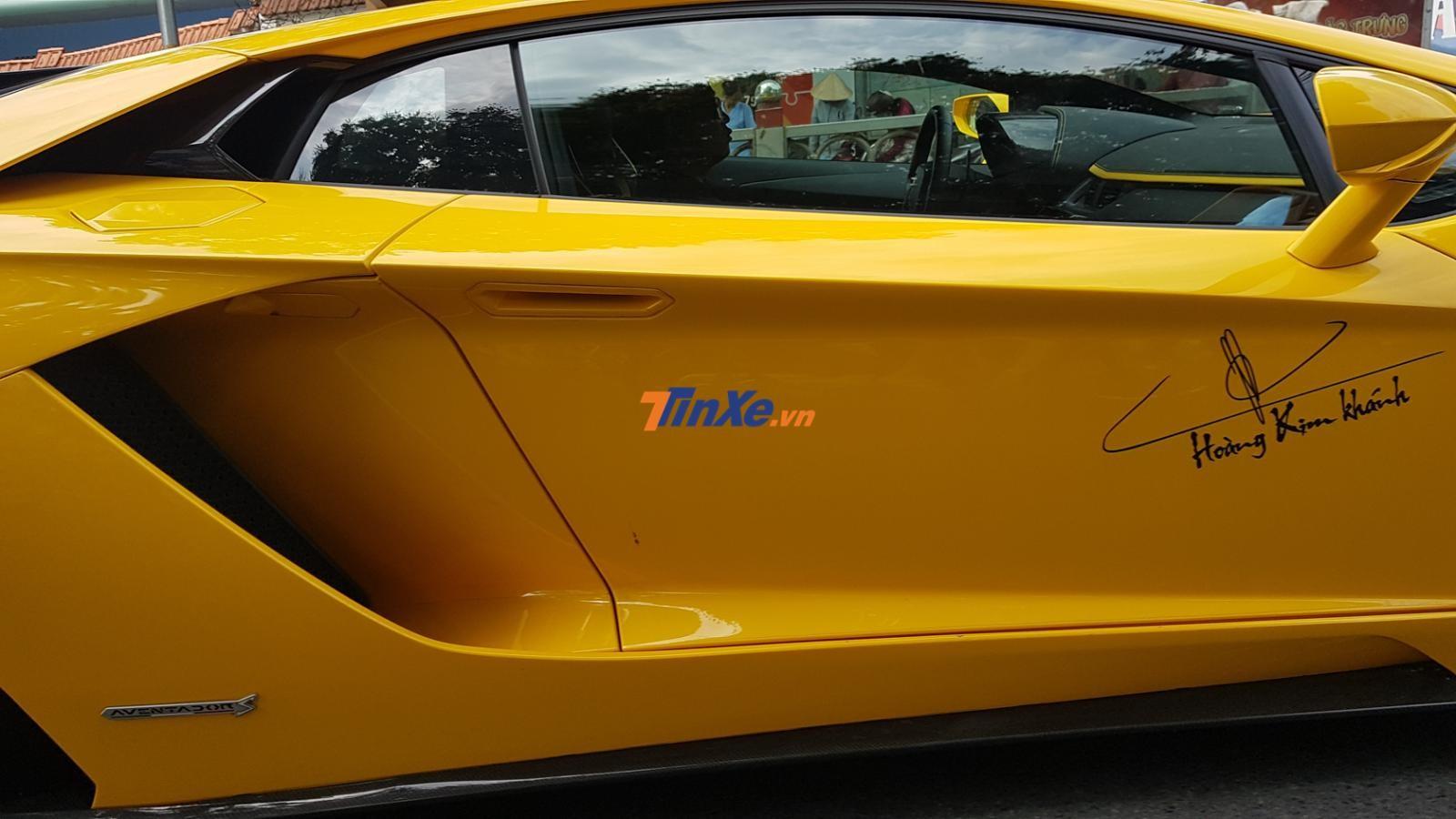 Chữ ký và tên của chủ nhân chiếc siêu xe Lamborghini Aventador S LP740-4 xuất hiện bên hông xe