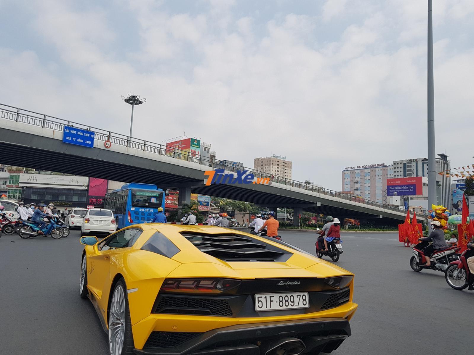 Để có thể cho chiếc siêu xe Lamborghini Aventador S LP740-4 lăn bánh tại thị trường Việt Nam với biển trắng, doanh nhân quận 12 đã bỏ ra số tiền 48 tỷ đồng