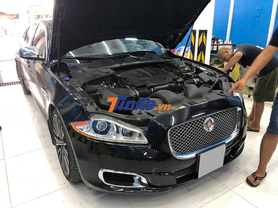 Ở đèn pha nguyên bản, Jaguar XJ Ultimate có dải đèn LED chạy ban ngày để nhận biết so với bản tiêu chuẩn