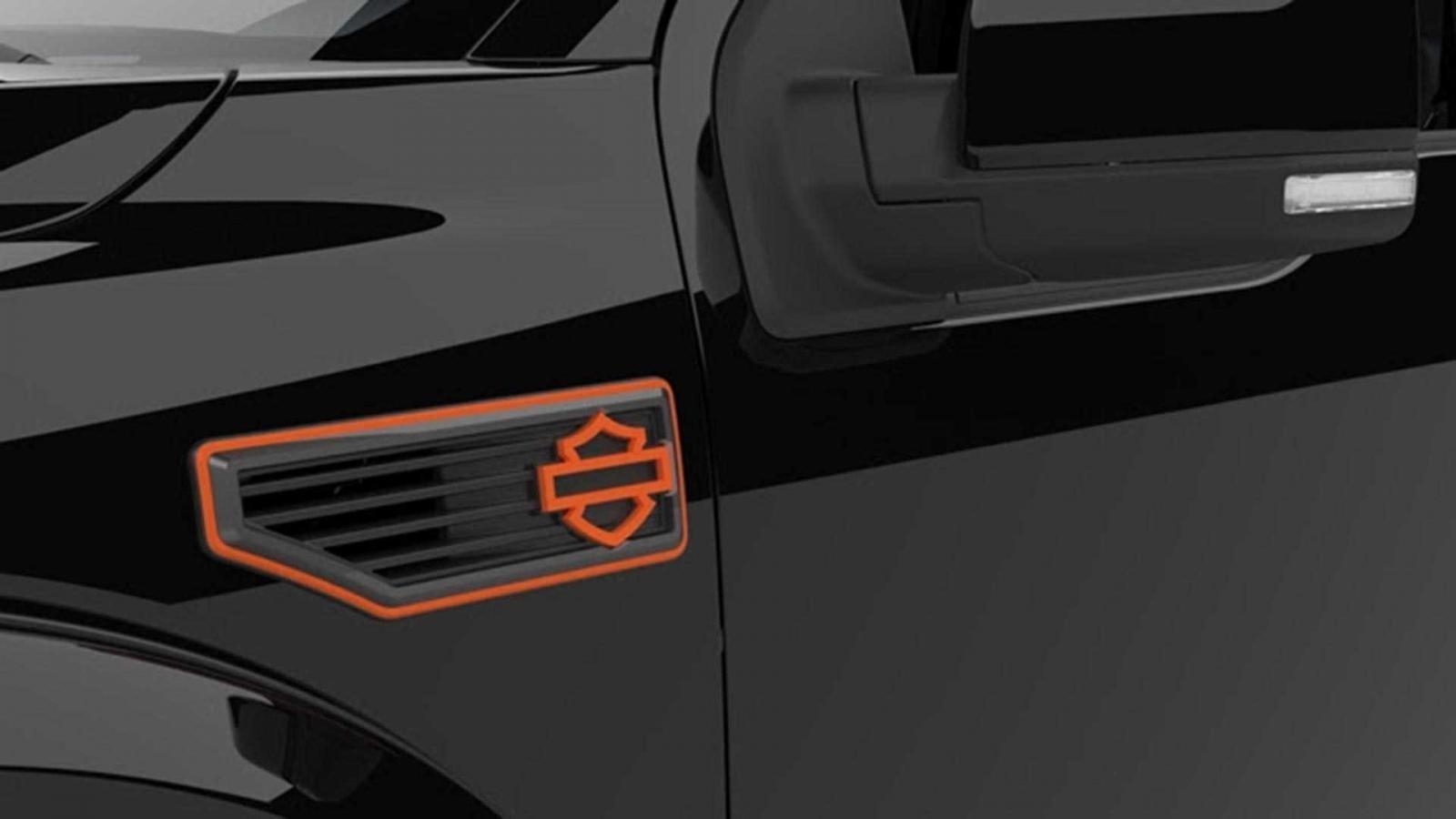 Logo biểu tượng của Harley-Davidson có màu cam trên xe