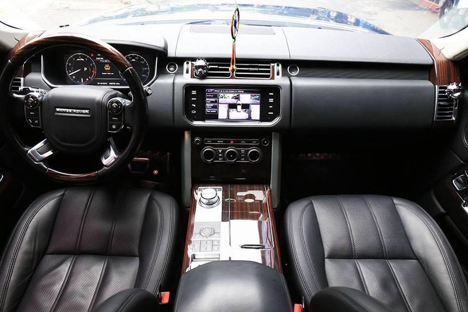 Chỉ cần nhìn nội thất đủ biết chiếc Range Rover HSE này đã độ body kit của phiên bản siêu khủng SVAutobiography