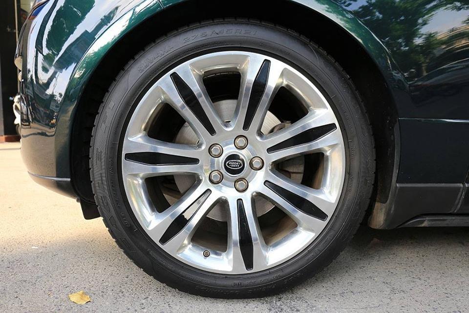 Chiếc Range Rover HSE 2013 cũng được trang bị mâm 7 chấu của Range Rover SVAutobiography