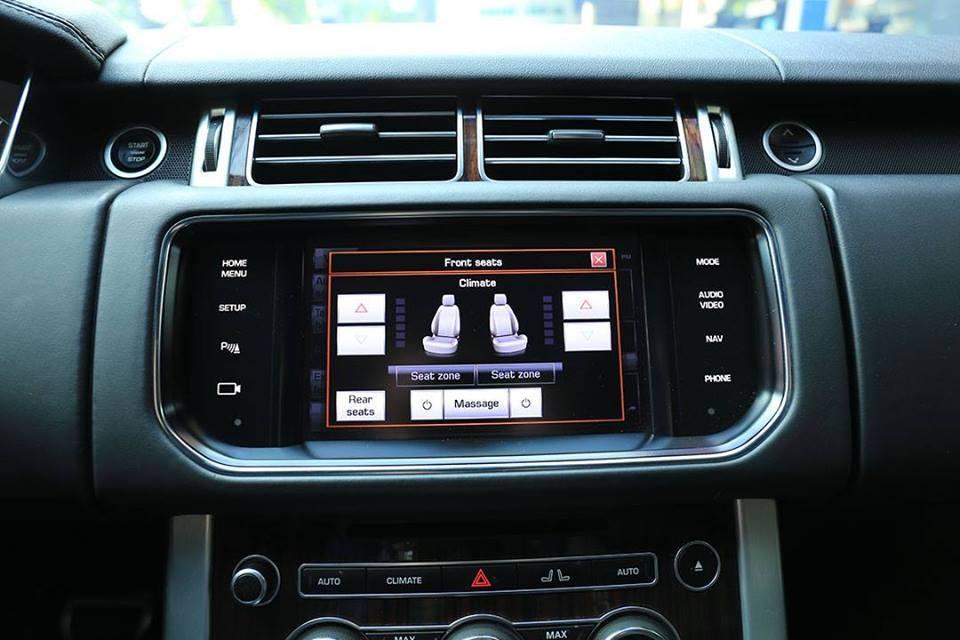 Màn hình cảm ứng giải trí của xe dạng đơn thay cho 2 màn hình như những chiếc Range Rover HSE 3.0 đời 2019