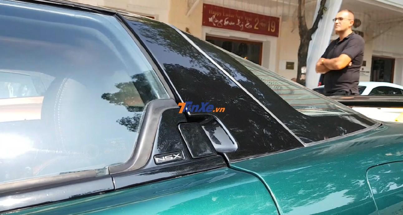 Tay mở cửa trên chiếc Acura NSX. Bên hông còn có dòng chữ NSX