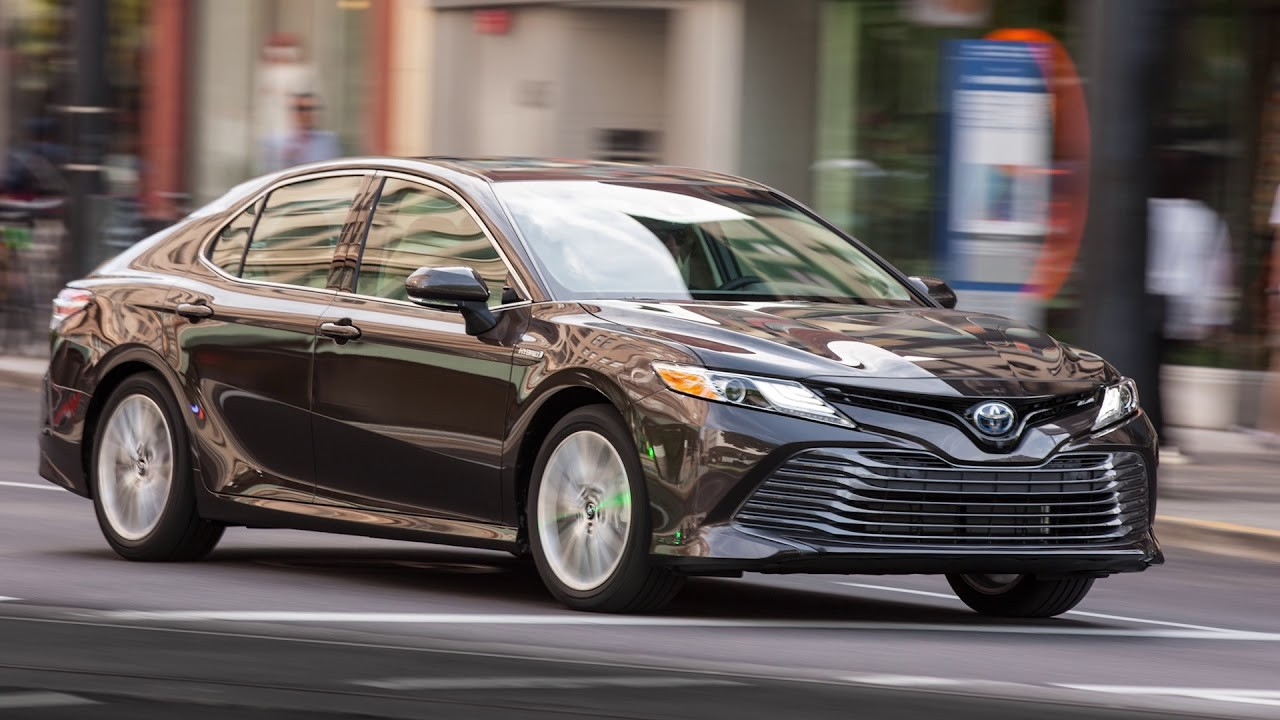 Toyota Camry LE có khả năng tiết kiệm nhiên liệu ngang với Honda Accord hybrid