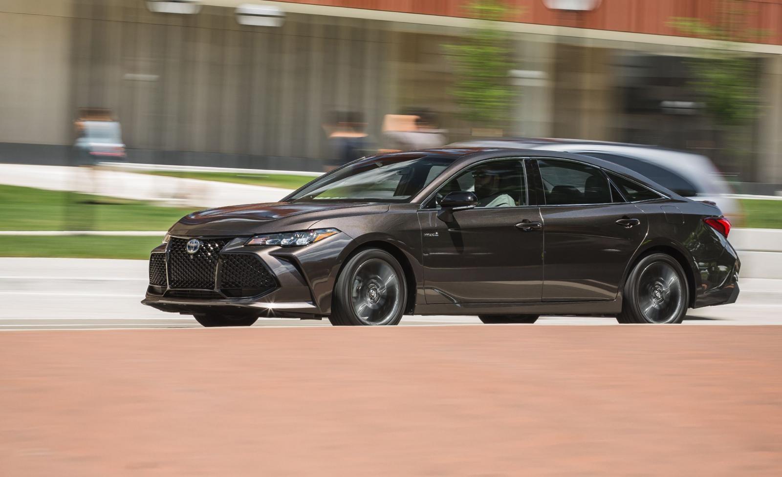 Phiên bản hybrid của Toyota Avalon tuy không có khả năng tiết kiệm nhiên liệu như Prius nhưng bù lại khả năng vận hành lại tốt hơn đến từ khối động cơ 2.5L