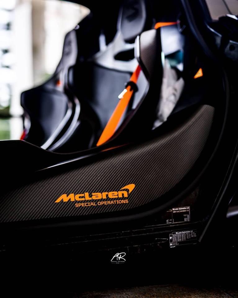 Dòng chữ McLaren Special Operations và dây đai an toàn hoàn thành với màu cam