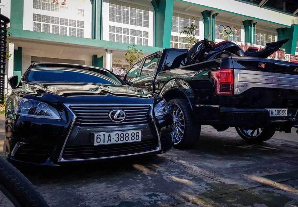 Lexus LS biển tứ quý 8 đọ dáng cùng xe bán tải cỡ lớn Ford F-150 biển tứ quý 9