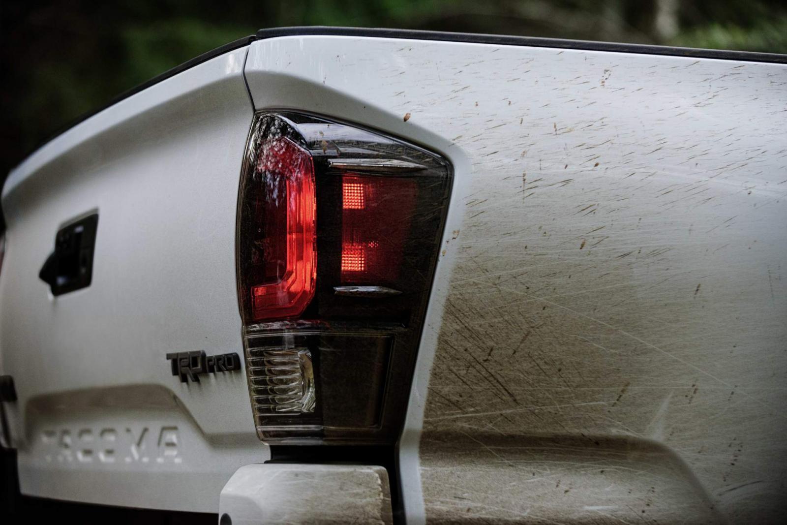 Cụm đèn hậu với chi tiết màu đen mới của Toyota Tacoma TRD Pro 2020