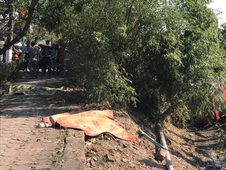 Thi thể của 2 người đàn ông tại hiện trường vụ tai nạn nghiêm trọng