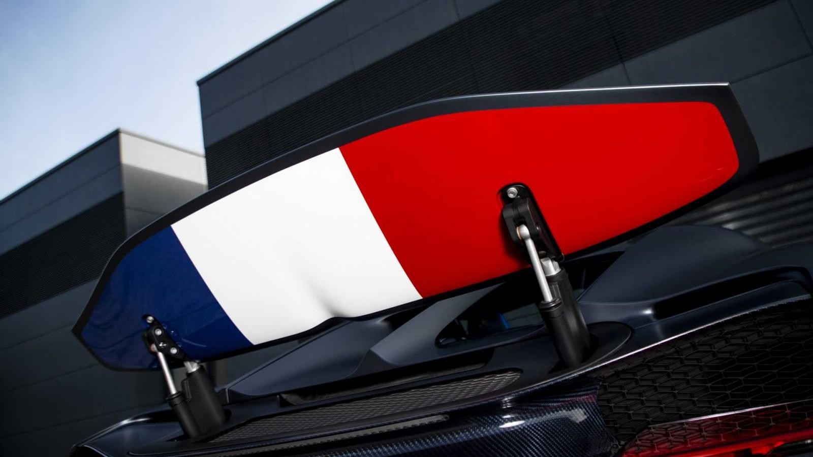 Và dưới cánh gió đuôi phía sau của Bugatti Chiron Sport 110 Ans Edition