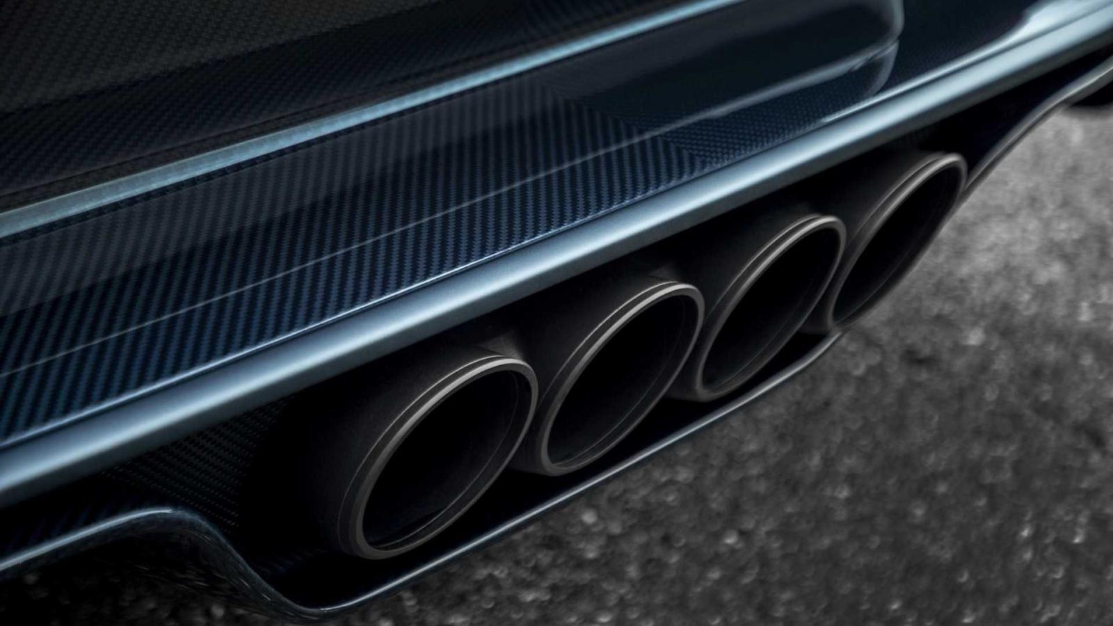 Đi kèm còn có nhiều chi tiết bằng sợi carbon