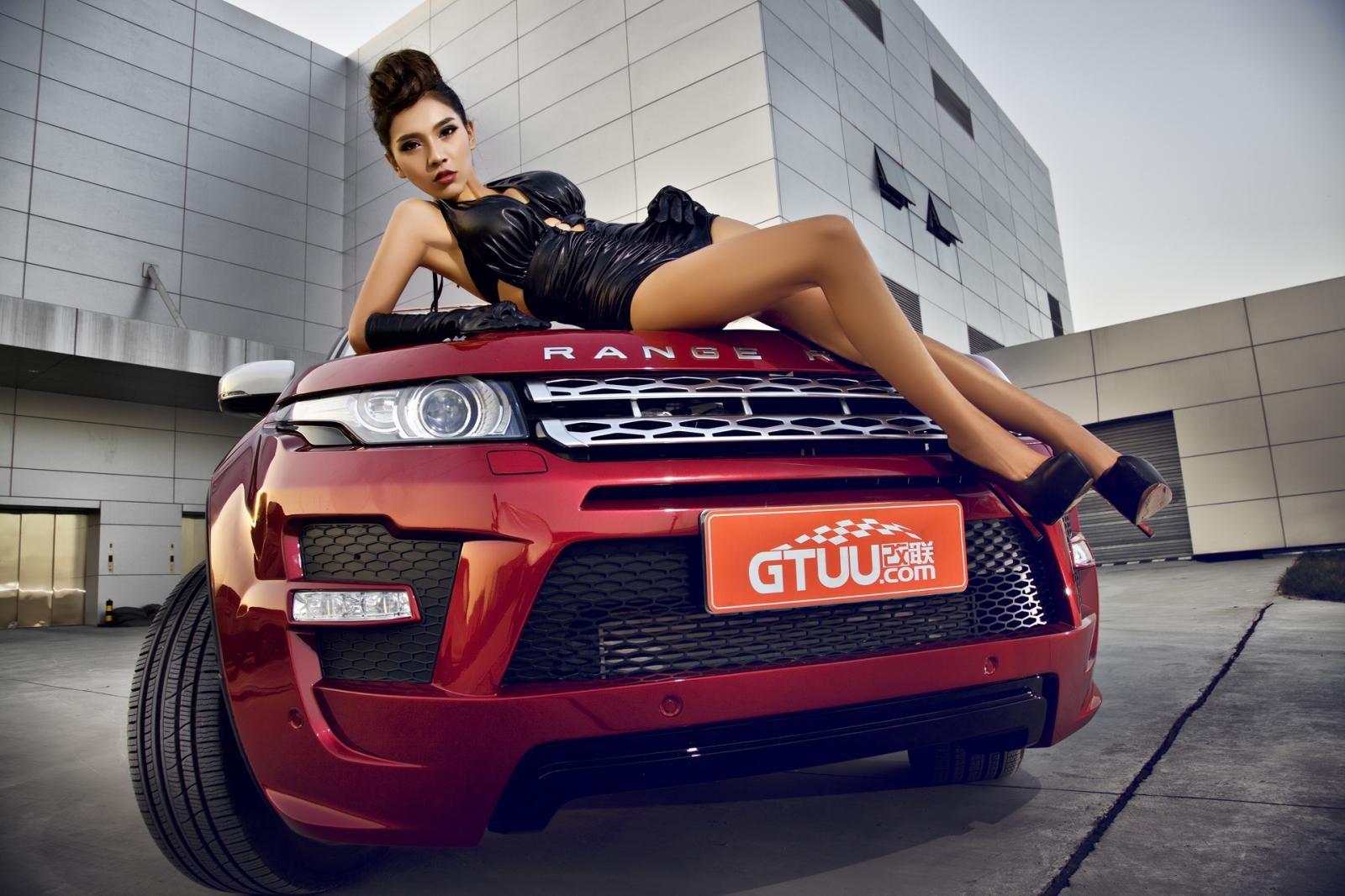 Người mẫu Na Đóa diện trang phục gợi cảm bên Range Rover độ hình rồng bắt mắt - 11