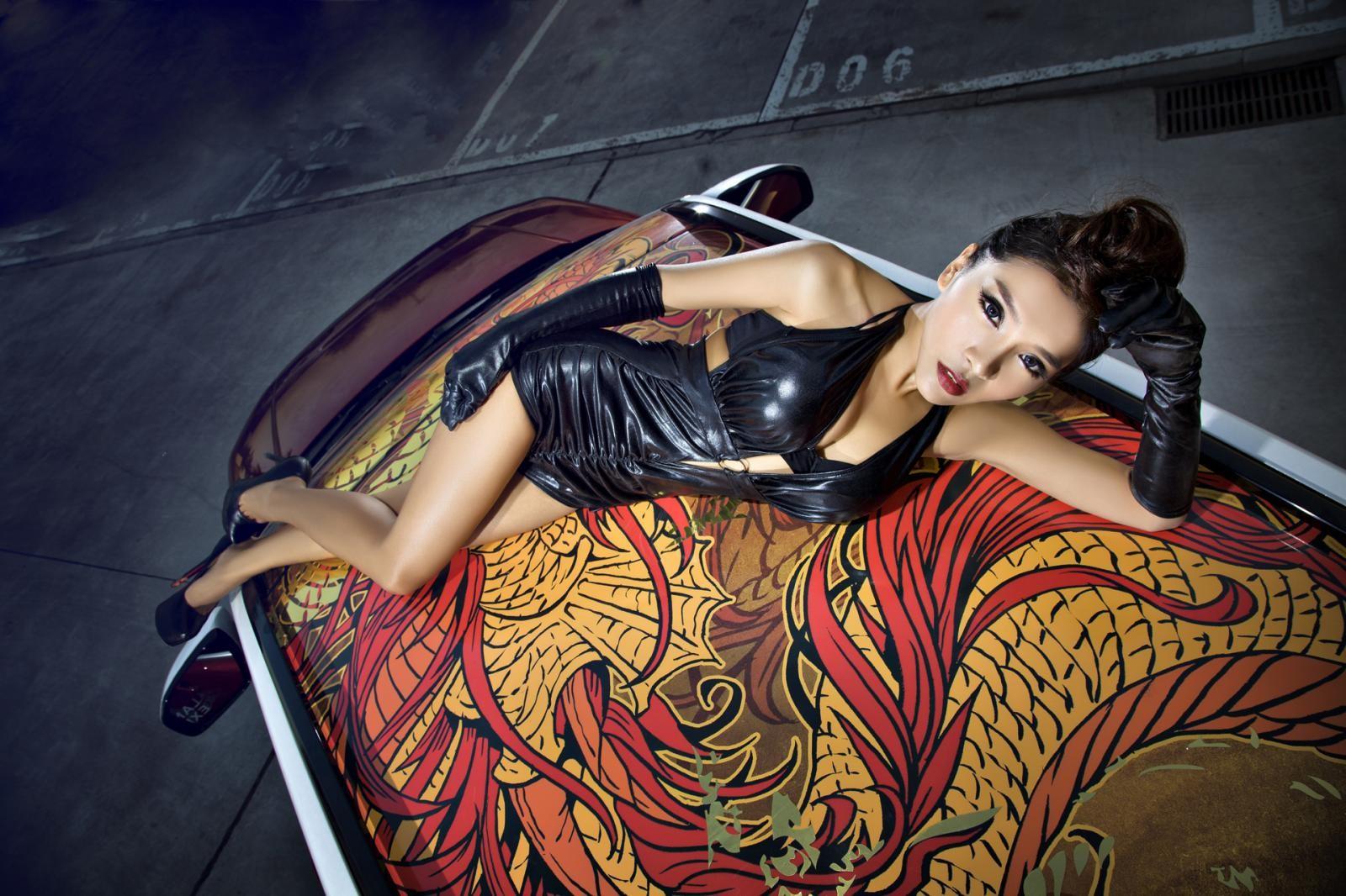 Người mẫu Na Đóa diện trang phục gợi cảm bên Range Rover độ hình rồng bắt mắt - 13