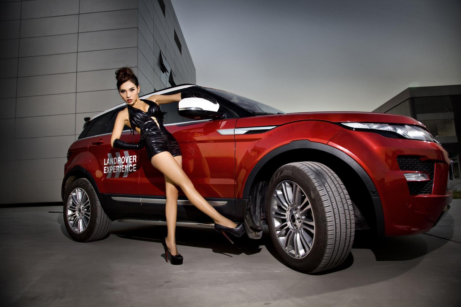 Người mẫu Na Đóa diện trang phục gợi cảm bên Range Rover độ hình rồng bắt mắt - 3