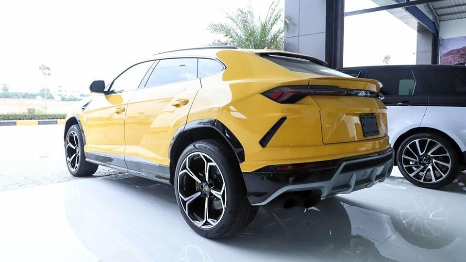 Và đây là vẻ đẹp của Lamborghini Urus màu vàng độc nhất Campuchia khi nhìn từ phía sau