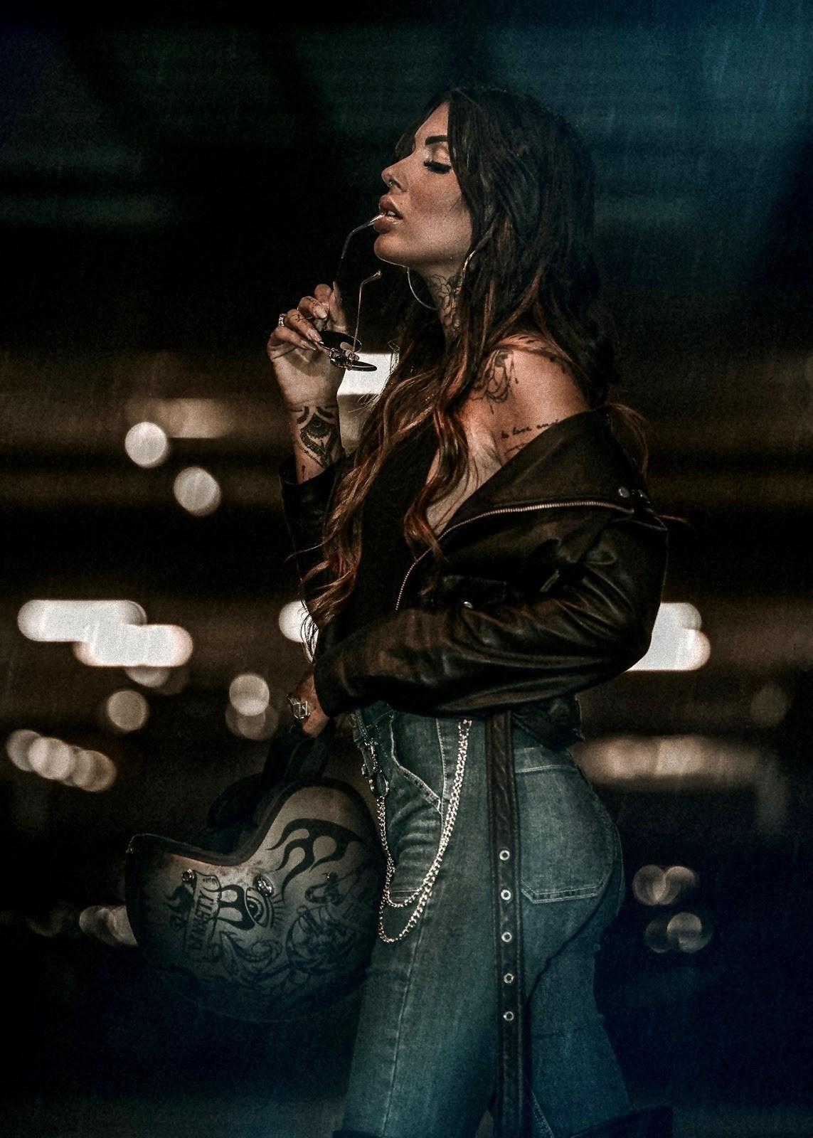 Cô nàng tóc vàng khoe đường cong và hình xăm bên Ducati Scrambler - 7