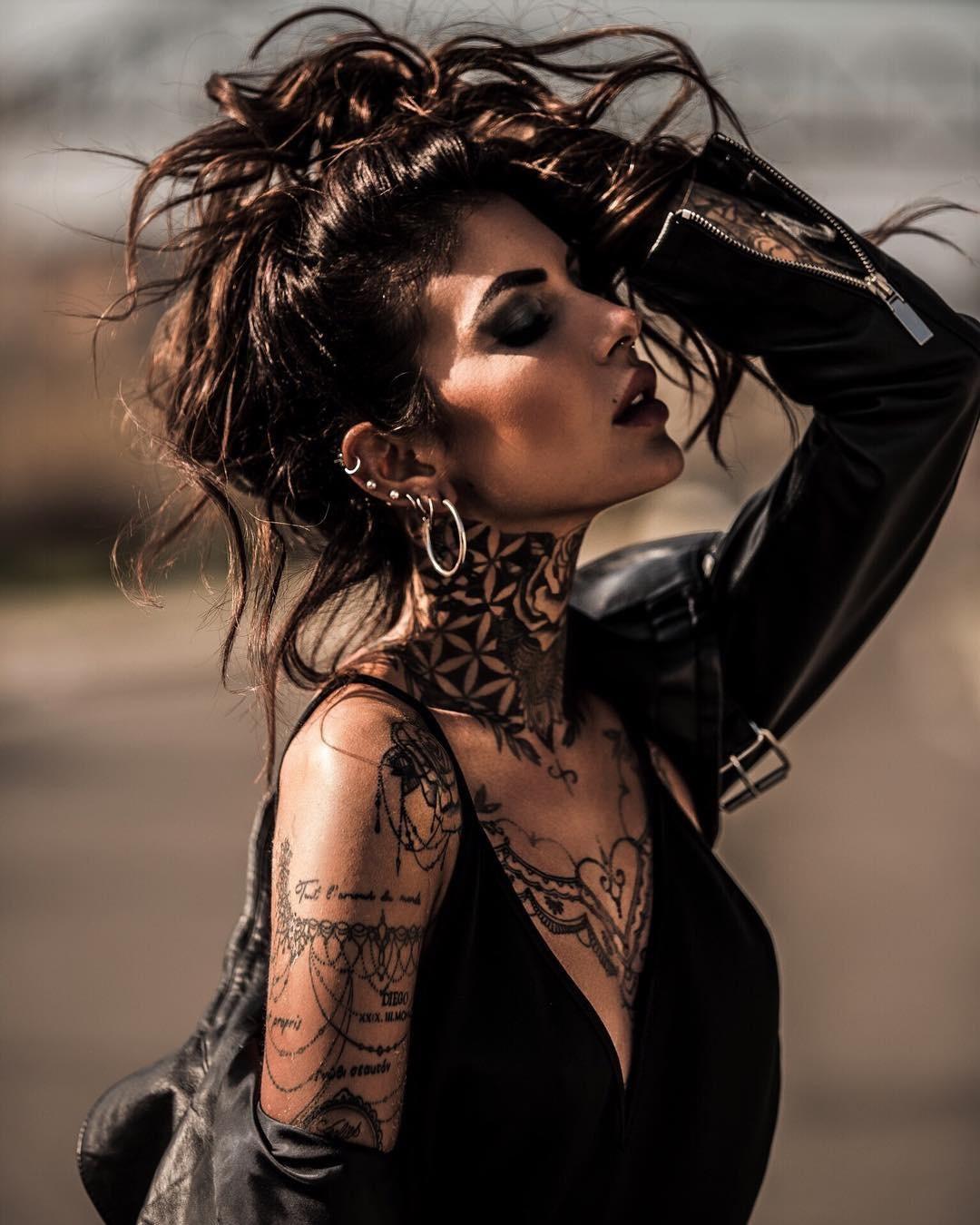 Cô nàng tóc vàng khoe đường cong và hình xăm bên Ducati Scrambler - 9