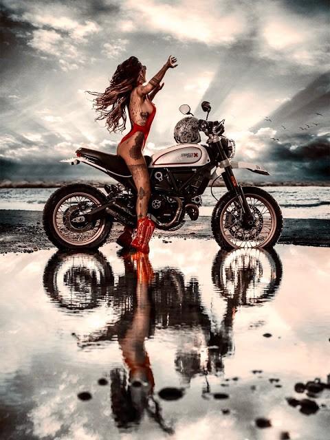 Cô nàng tóc vàng khoe đường cong và hình xăm bên Ducati Scrambler - 11