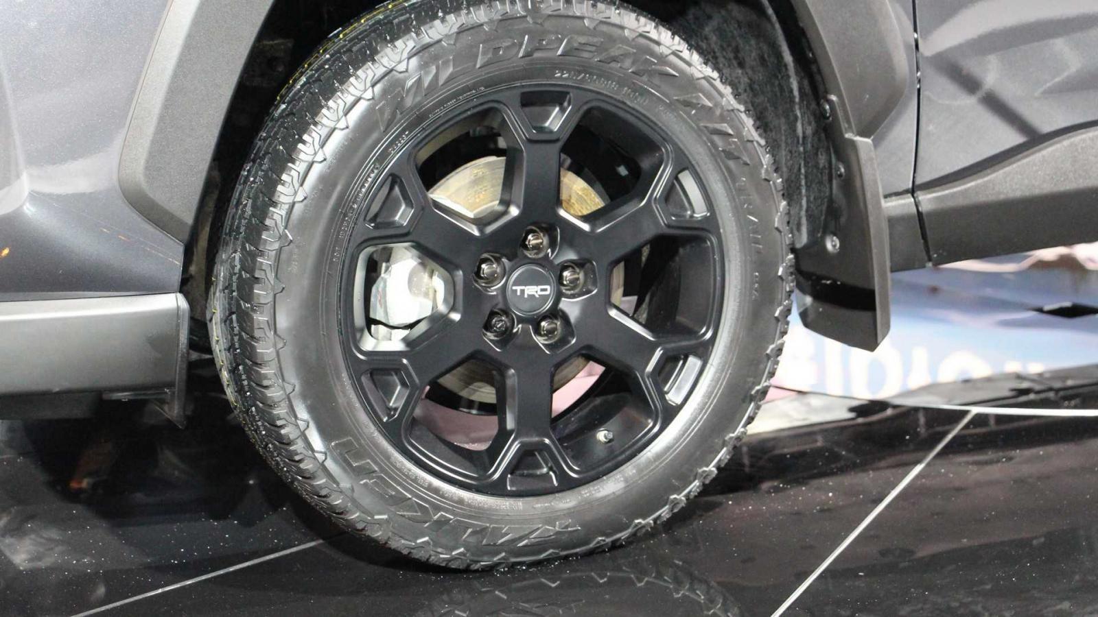 Bộ vành hợp kim 18 inch đi với lốp đặc biệt, được sản xuất theo yêu cầu của TRD