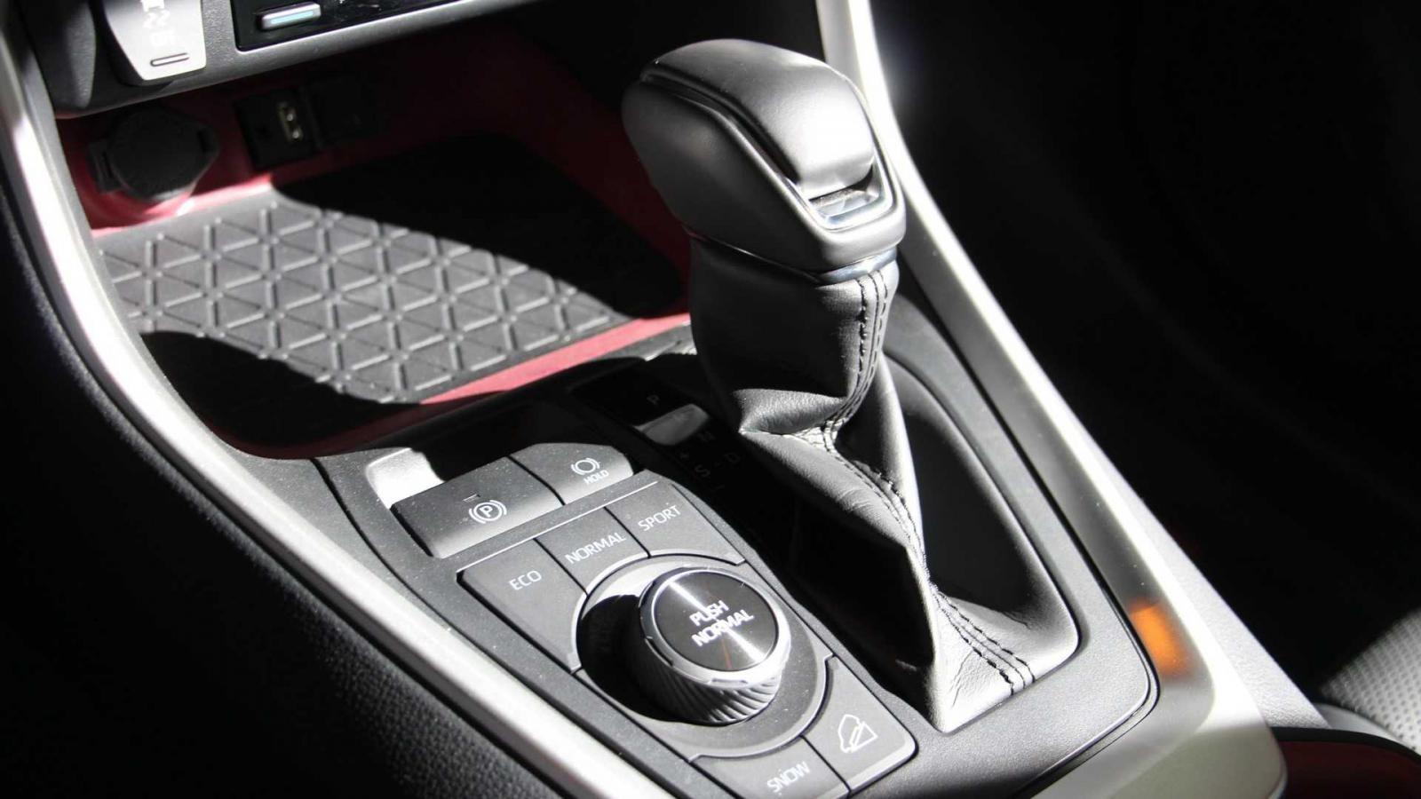 Động cơ của Toyota RAV4 TRD Off-Road 2020 đi với hộp số tự động 8 cấp