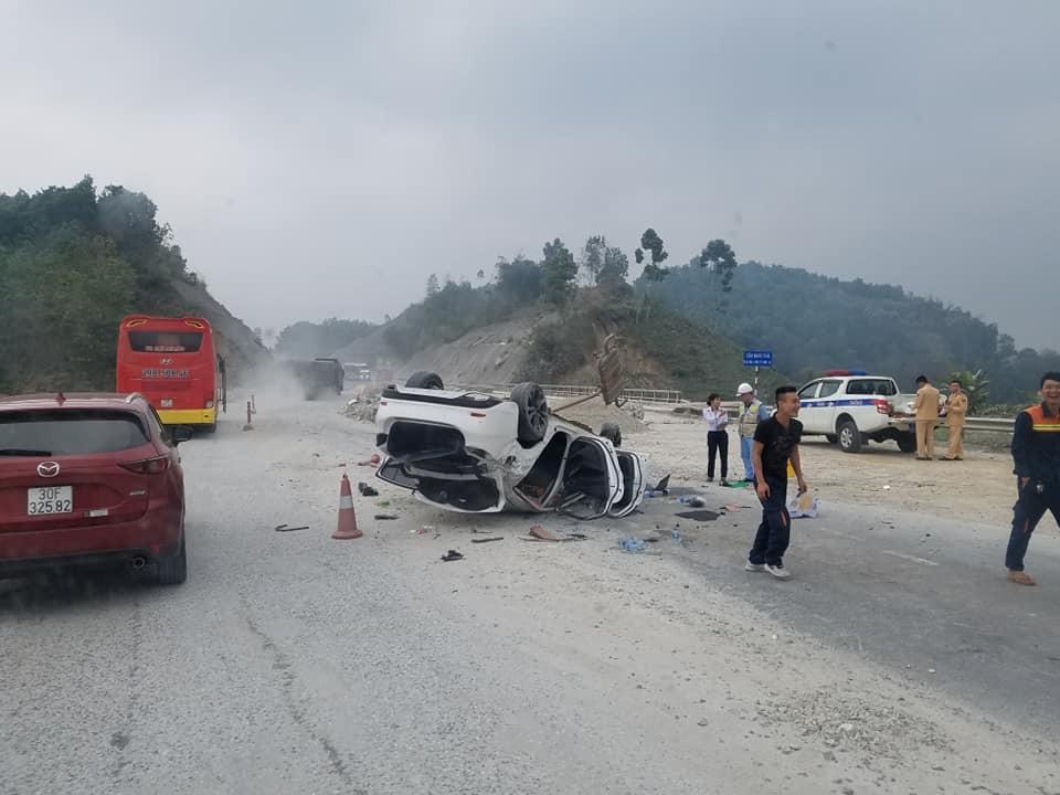 Chiếc Mazda6 bị lật ngửa trên cao tốc