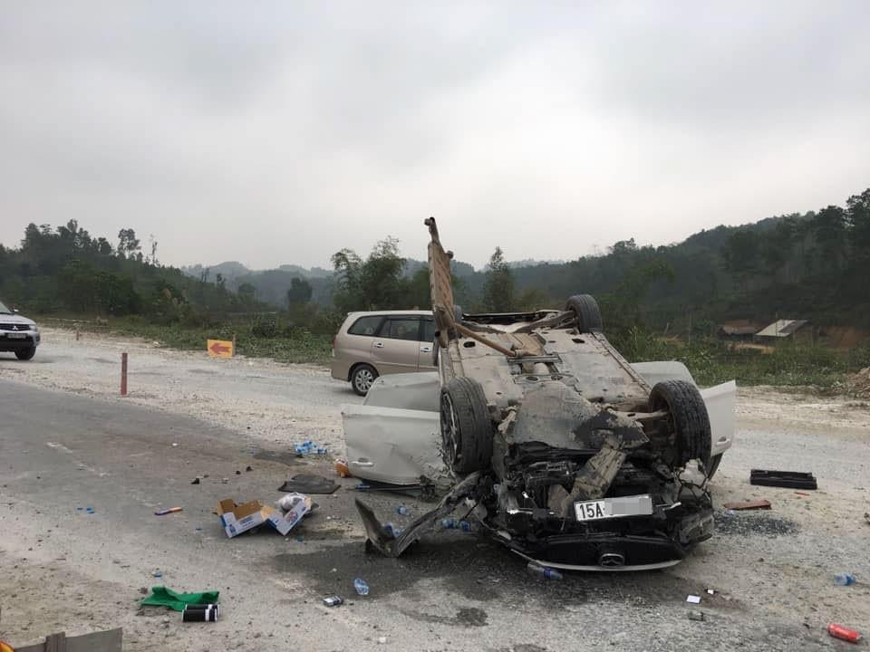 Chiếc Mazda6 tại hiện trường vụ tai nạn trên cao tốc Nội Bài - Lào Cai