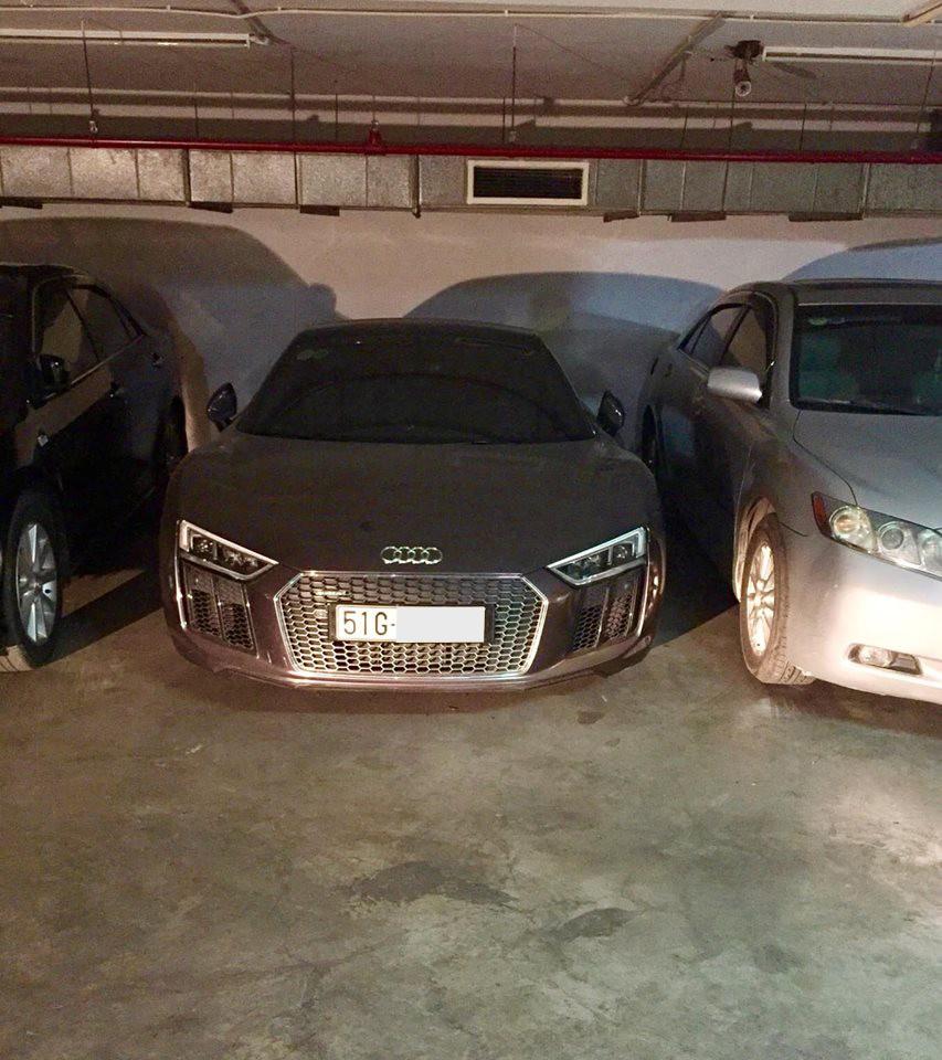 Hình ảnh siêu xe Audi R8 V10 Plus làm bạn với bụi trong hầm đỗ xe khiến không ít người xót xa